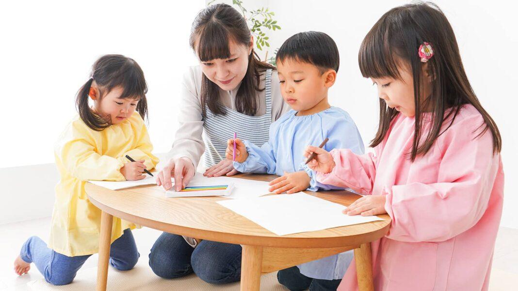 異年齢保育とは?保育活動の具体例や導入するメリットとデメリットを解説